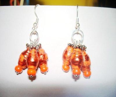 orecchini con perle di carta realizzati a mano.
