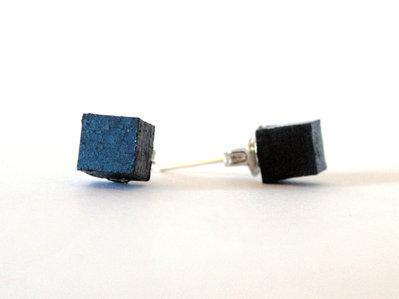 Koci, orecchini a bottone colorati blu in legno fatti a mano