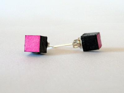 Koci, orecchini a bottone colorati fuxia in legno fatti a mano