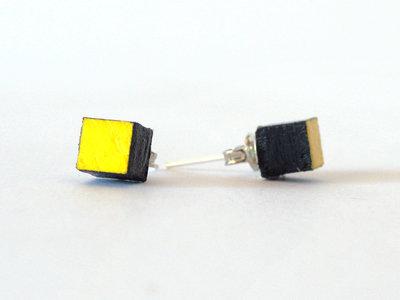 Koci, orecchini a bottone colorati giallo in legno fatti a mano