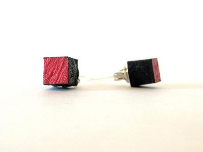 Koci, orecchini a bottone colorati rosso in legno fatti a mano