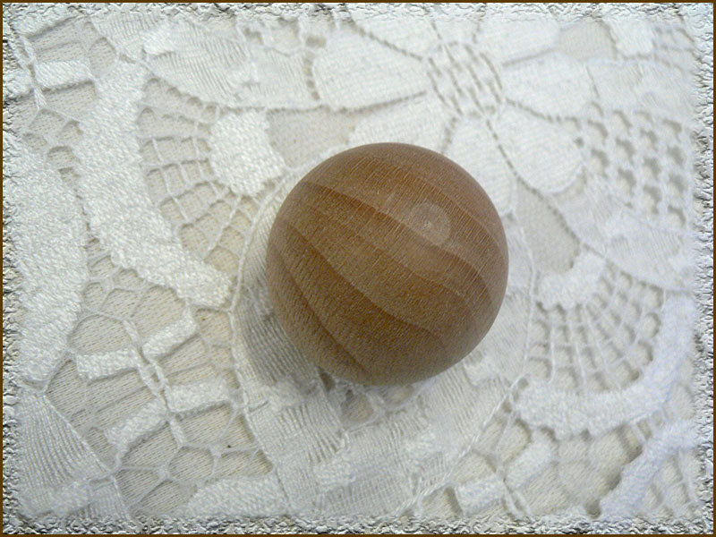 Pallina in legno con la base piatta.