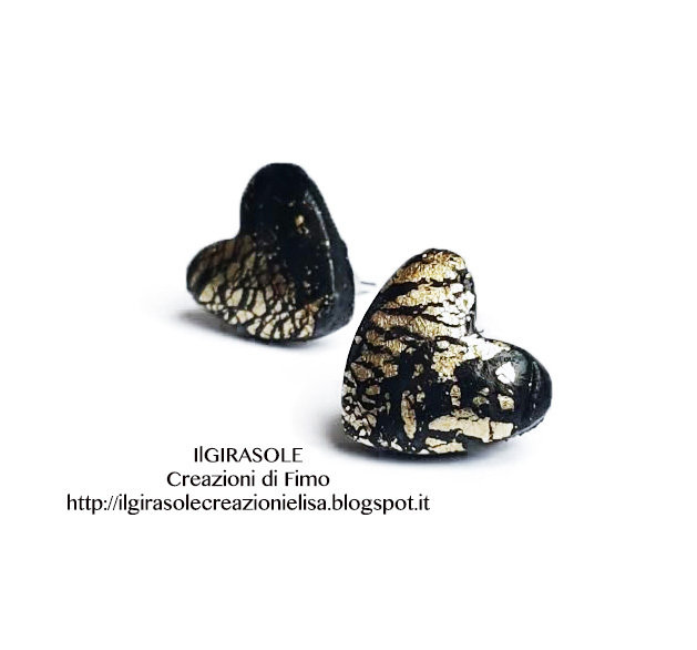 Orecchini a perno in fimo con cuore nero e inserti in oro effetto cracklè