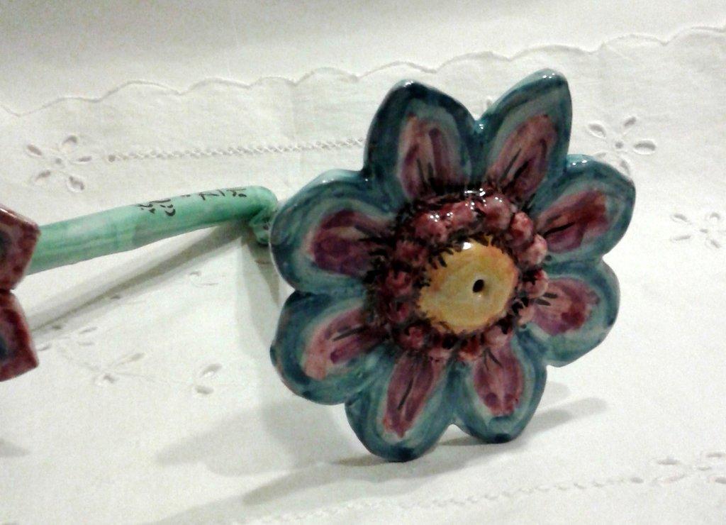 Fiore decorativo in maiolica realizzato interamente a mano.