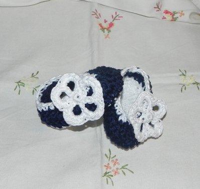 Scarpette blu e bianche in cotone realizzate ad uncinetto