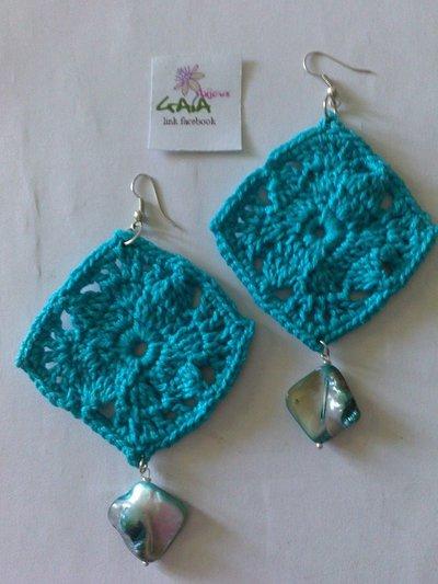 Orecchini ad uncinetto rombi azzurri con madreperla pendente