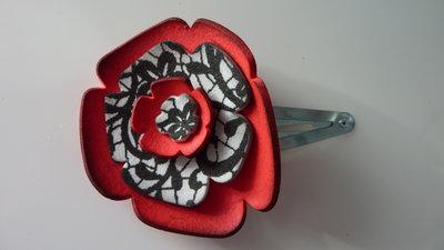 Mollettina per capelli con fiore in carta crepla rossa, bianca e nera