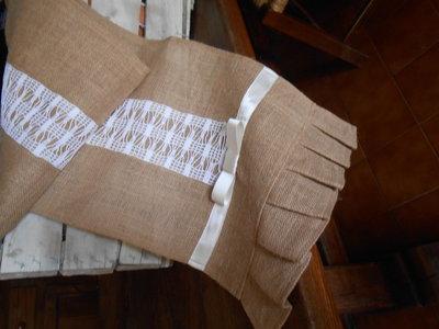 Runner centrotavola in tela juta con striscia crochet e fiocco di raso.
