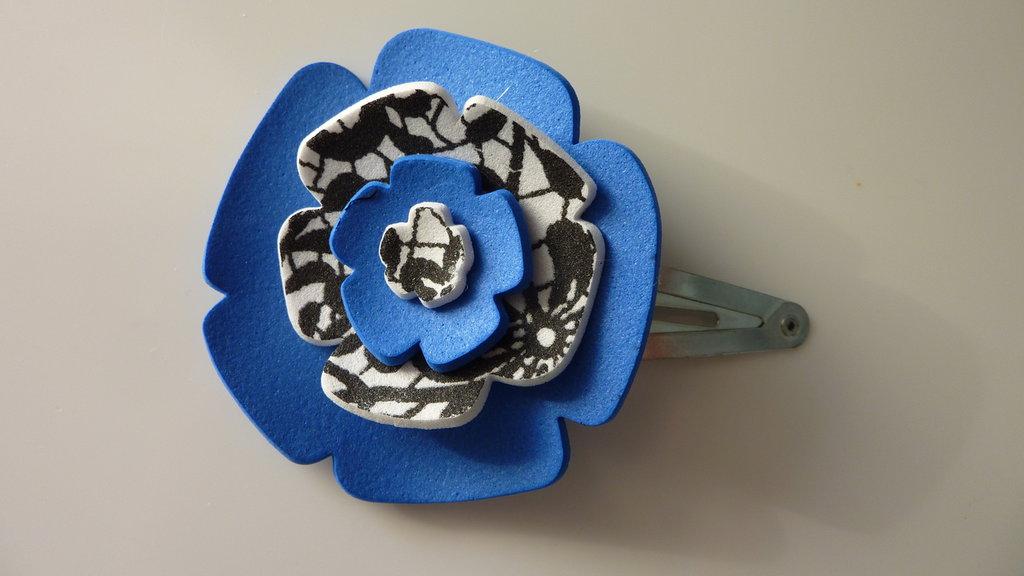 Mollettina per capelli con fiore in gomma crepla blu, nero e bianco