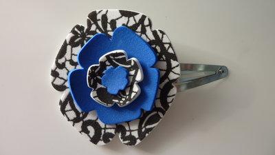 Mollettina per capelli con fiore in gomma crepla nei colori blu e bianco e nero fantasia