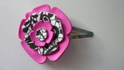 Mollettina per capelli con fiore in carta crepla fuxia, bianca e nera