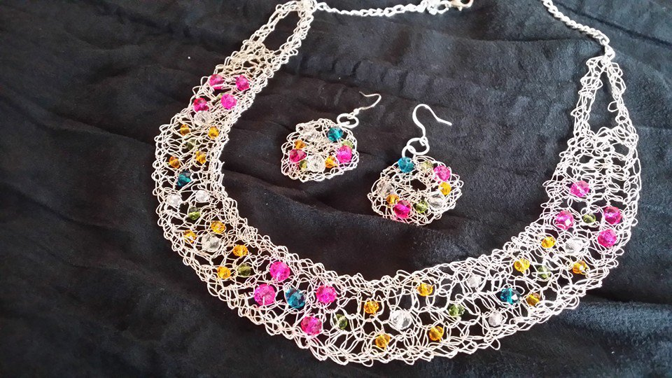 Parure - Collana girocollo e orecchini in filo di metallo lavorata all'uncinetto