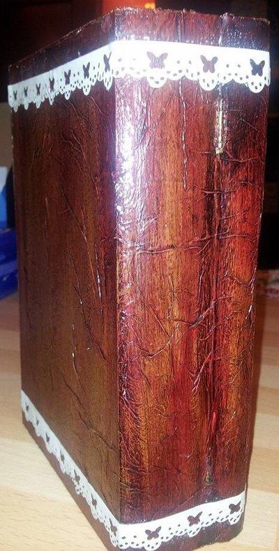 Scatola in legno a forma di libro in finto cuoio