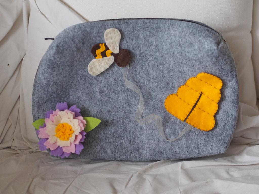 Grande borsa con cerniera per tablet,laptop,trucco,biancheria.Feltro.Applicate  3 SPILLE staccabili:Peonia,Ape,Alveare  fatti a mano.