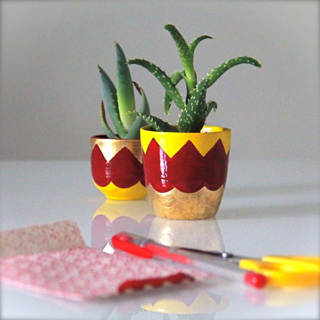 Vasetti per piante grasse in grès, decorate a mano con foglia oro e smalti ceramici, 2 pz