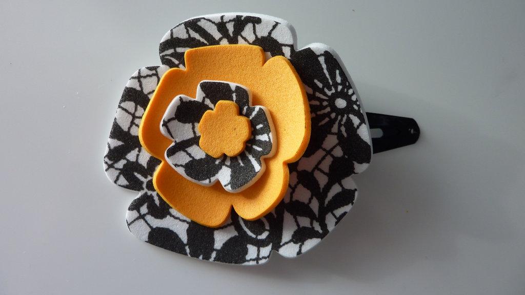 Mollettina per capelli fatta a mano con fiore in gomma crepla