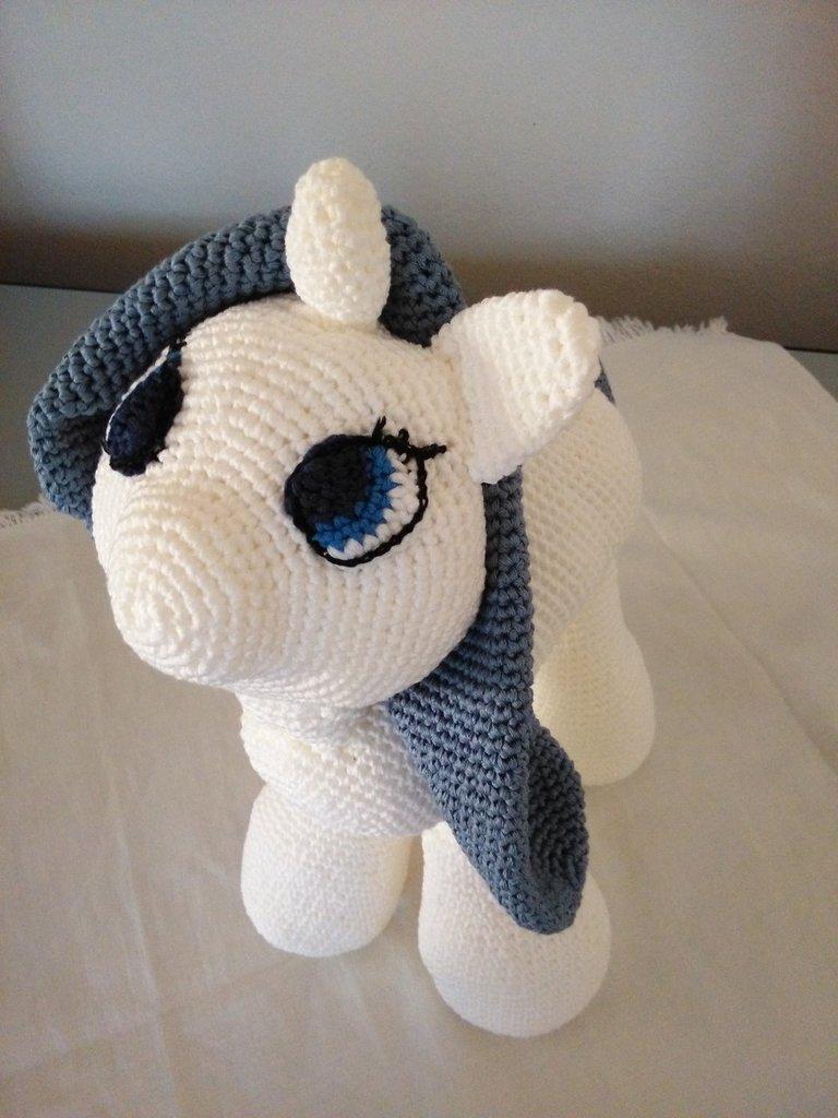 Peluche amigurumi unicorno