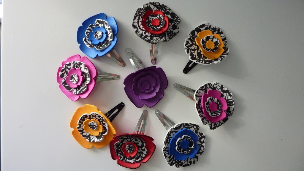 Stock di mollettine per capelli con fiori in gomma crepla realizzati a mano
