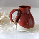 Brocca rossa piccola per vino, o latte per l'ora del thè