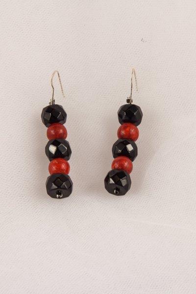 Orecchini in madrepora arancio e onice nero fatti a mano - Madrepora earrings in orange and black onyx handmade.