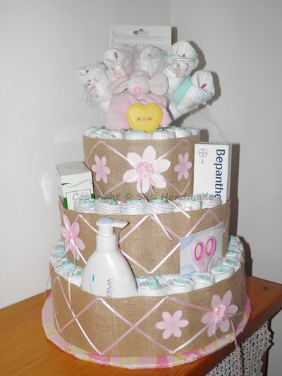 Torta pannolini con prodotti per la cura del bambino