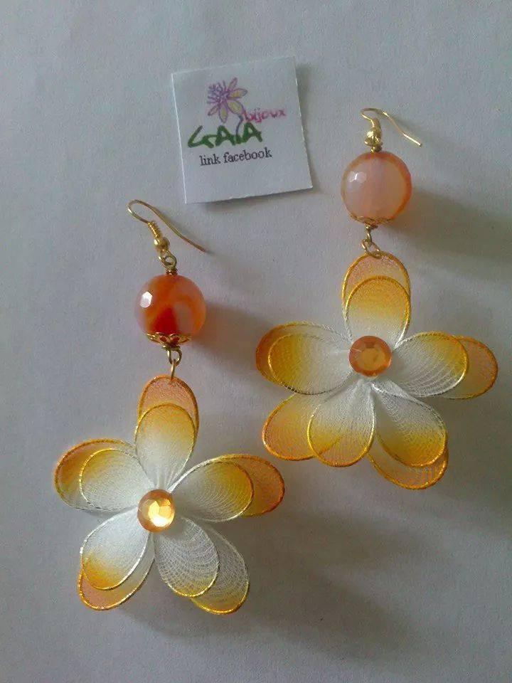 Orecchini con pallina in agata arancione e fiore in tulle