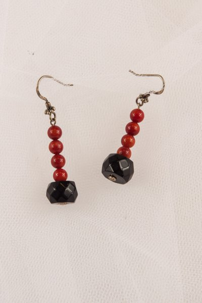 Orecchini con corallo rosso e onice nero fatti a mano - earrings with red coral and black onyx handmade.