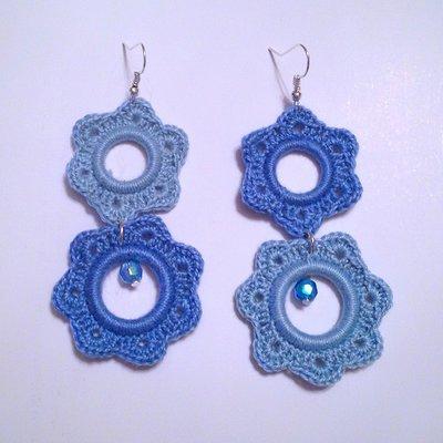 Orecchini pendenti Cascata di fiori nelle tonalità di azzurro alternate, fatti a mano all'uncinetto