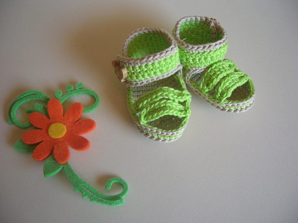 Sandali per neonato realizzati all'uncinetto in filo verde mela con bottoncini in legno