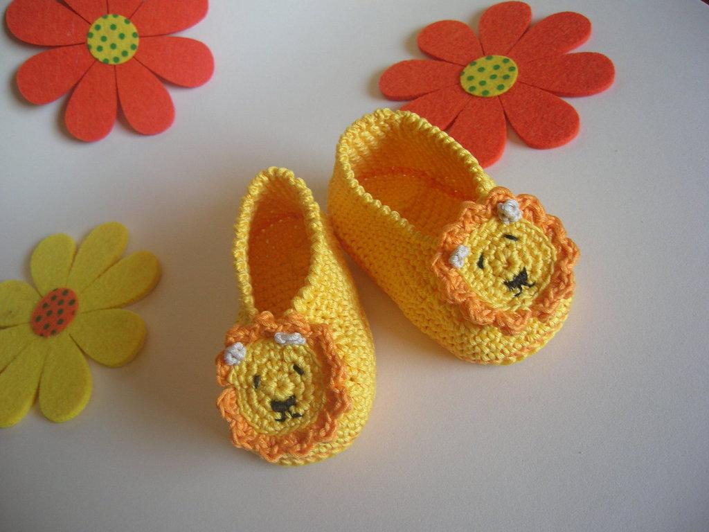 Scarpine in filo giallo con leoncino realizzate all'uncinetto per neonato