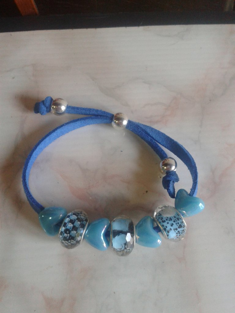 bracciale cordino blu elettrico con cuori e elementi fantasia sull azzurro