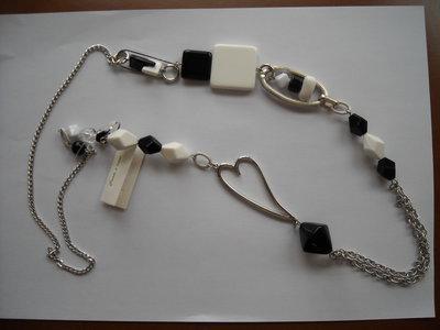 Collana lunga bianco, nero + argento. Elegante!