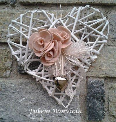 Fuoriporta, cuore fatto a mano con la carta kraft e roselline in feltro