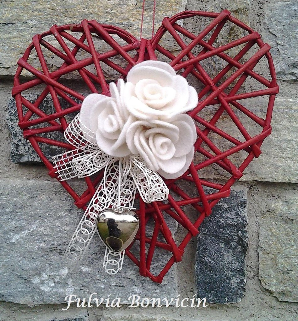 Fuoriporta: di carta rossa forma di cuore , preparato le roselline in feltro bianche