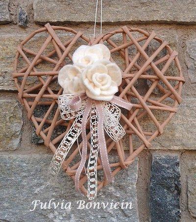 Fuoriporta: cannucce di carta kraft  forma di cuore  roselline in feltro avorio cuore in metallo.