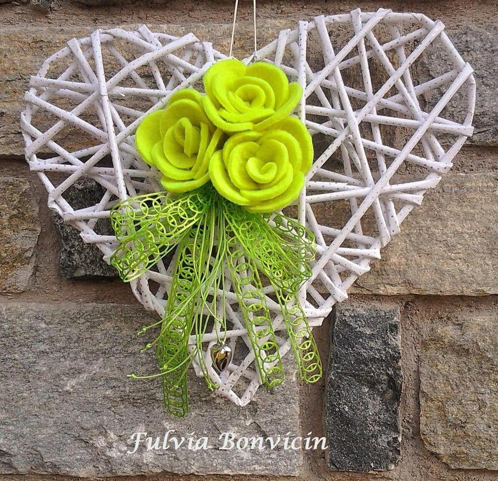 Fuoriporta: cannucce di carta kraft a forma di cuore , preparato le roselline in feltro verde acido cuore in metallo.