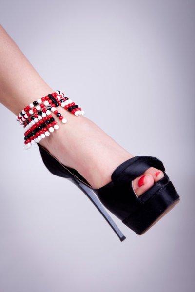 Cavigliera a frange in corallo rosso, onice nero e agata bianca fatta a mano-Anklet fringed in red coral, black onyx and white agate handmade.