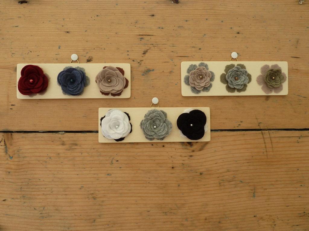 Quadretto in legno ROSEquadretto in legno con rose in feltro sottile colorate e perle