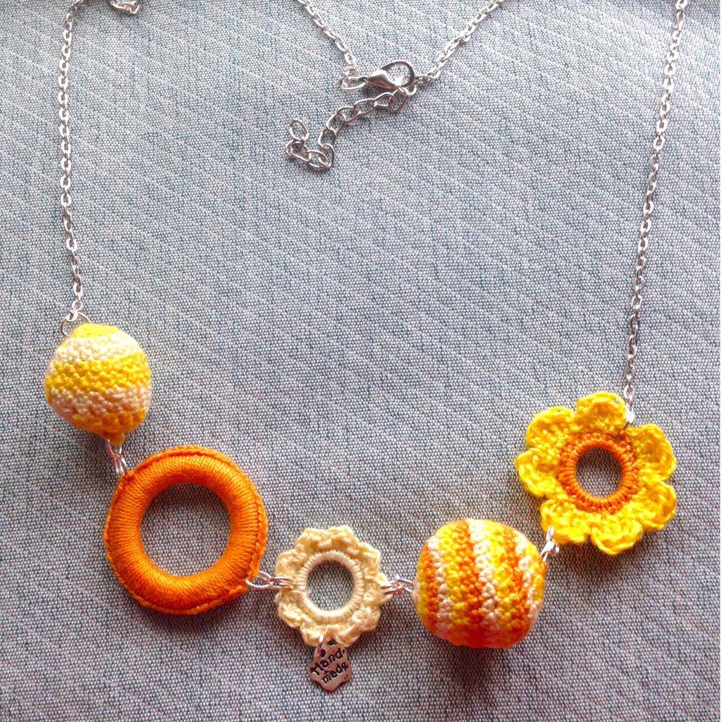 Collana estiva con palline amigurumi, fiori e anellini gialli e arancioni, fatti a mano all'uncinetto