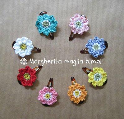 Fermaglio per capelli da bambina con fiore all'uncinetto in vari colori