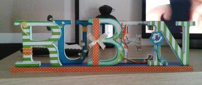 """Nome con lettere di legno, decorate a mano in stile """"Scrap Booking"""", su base"""