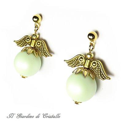 Orecchini pendenti con perle Swarovski verde pastello e ali dorate fatti a mano – Edera