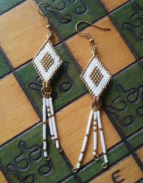 Orecchini in brick stitch bianco e oro