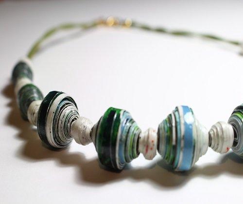 Collana con perle sferiche realizzata a mano.