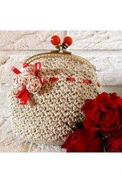 Pochette in cotone fatta a mano all'uncinetto con roselline in stoffa, nastri in raso e chiusura metallica clutch - Surrey Clutch