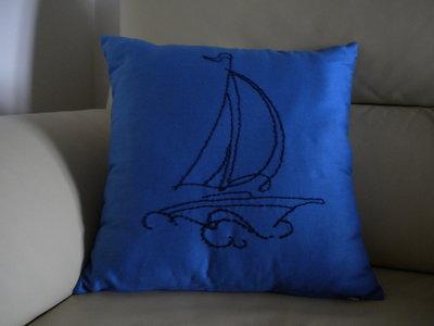 cuscino con barca vela