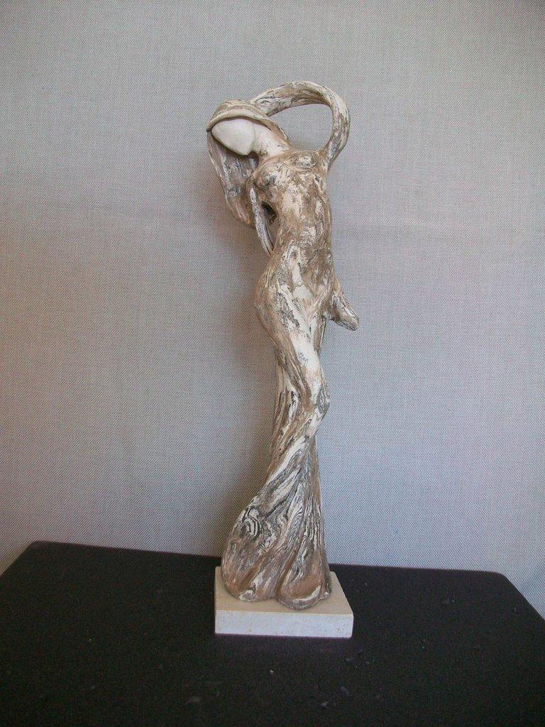 figura stilizzata in ceramica semirè