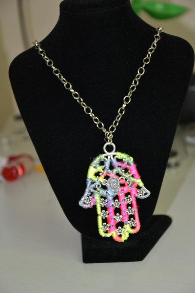 collana ciondolo mano di fatima lavorata con filo di seta, colori fluo, molto colorata, molto bella, fluorescente