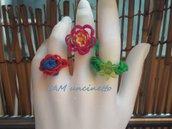 Anelli fatti a mano con elastici colorati intrecciati