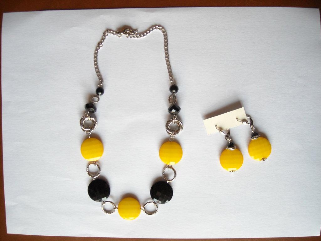 Parure collana e orecchini giallo e nero